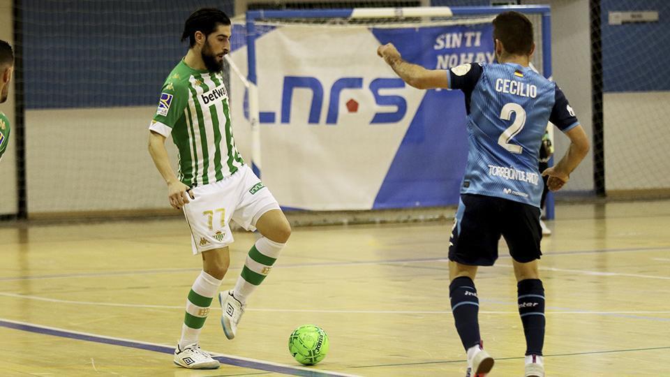Emilio Buendía, jugador del Real Betis Futsal, ante Cecilio, de Inter FS.