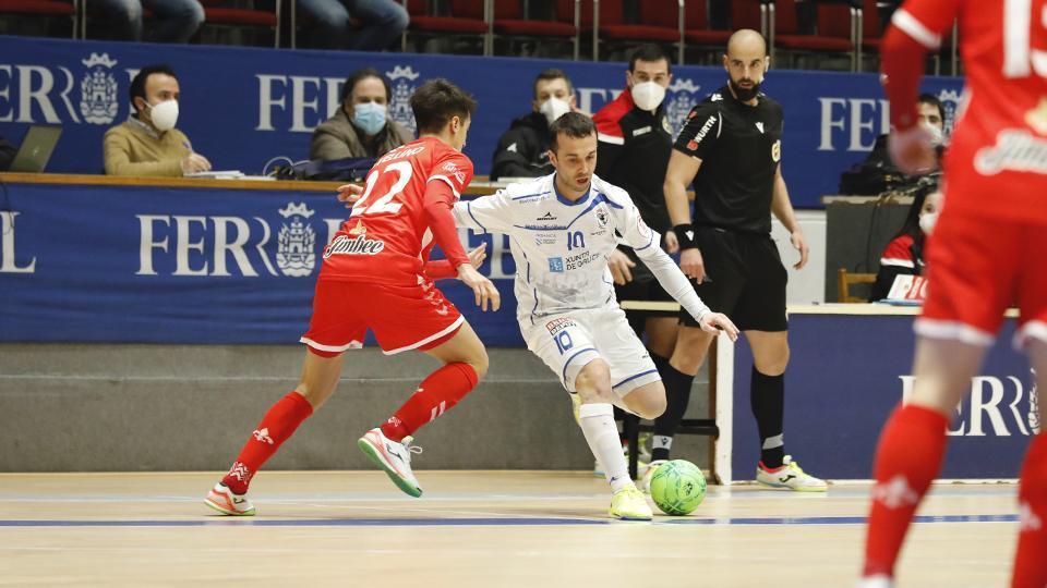 Adri, jugador de O Parrulo Ferrol, ante Avellino, del Jimbee Cartagena. (Foto: Hugo Nidáguila / Instantes Momentos Fotográficos)