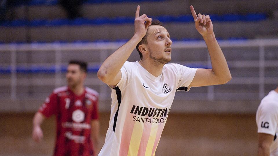 Drahovsky, jugador de Industrias Santa Coloma, celebra un gol.