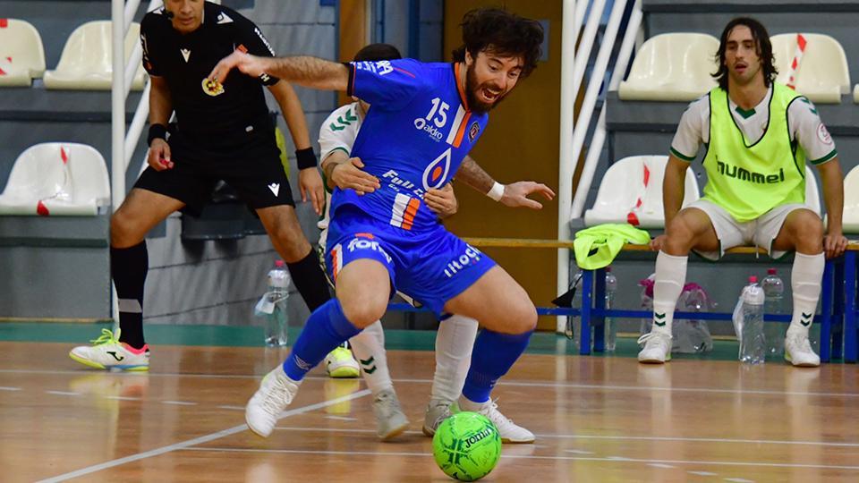 Nano Modrego, jugador del Full Energía Zaragoza, protege el balón.
