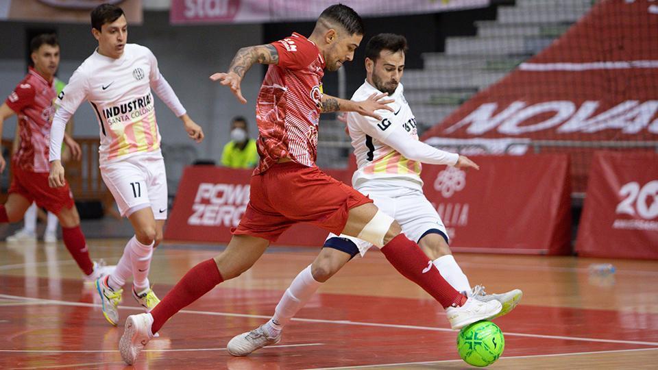 Felipe Valerio, de ElPozo Murcia Costa Cálida, y Sepe, de Industrias Santa Coloma, pelean por el balón.