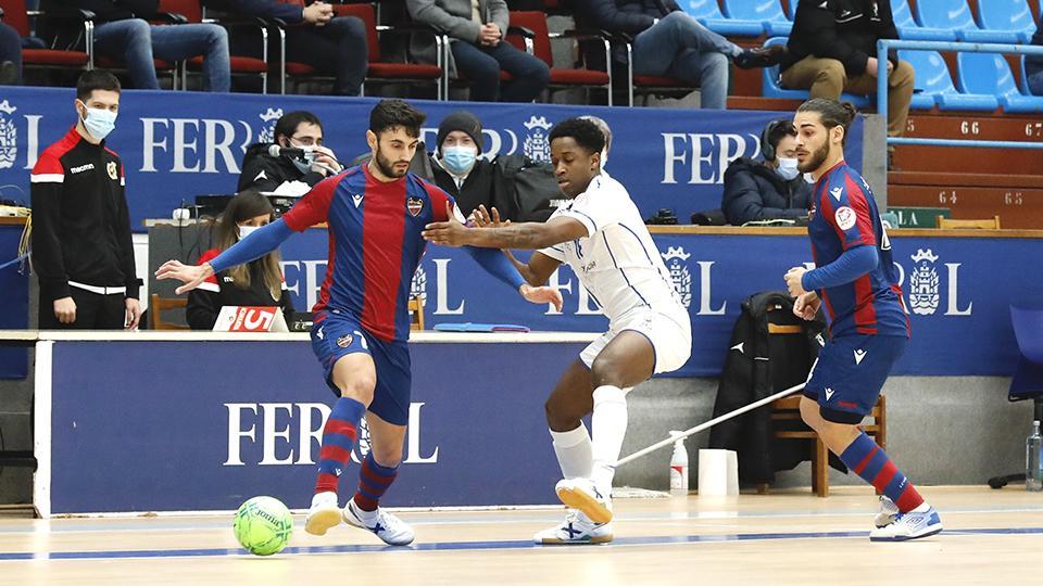 Rubi Lemos, de Levante UD, controla el balón ante Xavier, de O Parrulo Ferrol.
