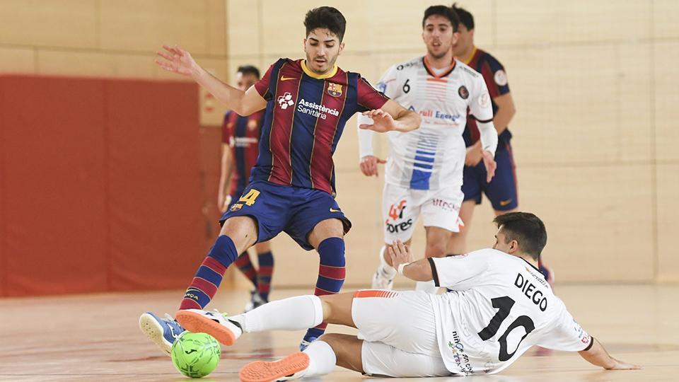 Víctor Pérez, jugador del Barça B, ante Diego Pardo, del Full Energía Zaragoza.
