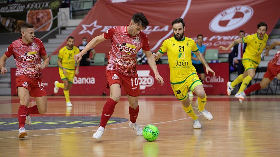 Pol Pacheco, jugador de ElPozo Murcia Costa Cálida, ante Michel, del Jaén FS.