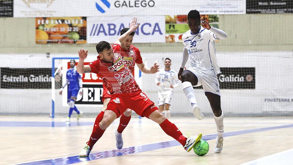 Rafa Santos, de ElPozo Murcia Costa Cálida, pelea por el balón con Hélder, de O Parrulo Ferrol. Fotografía: Hugo Nidáguila