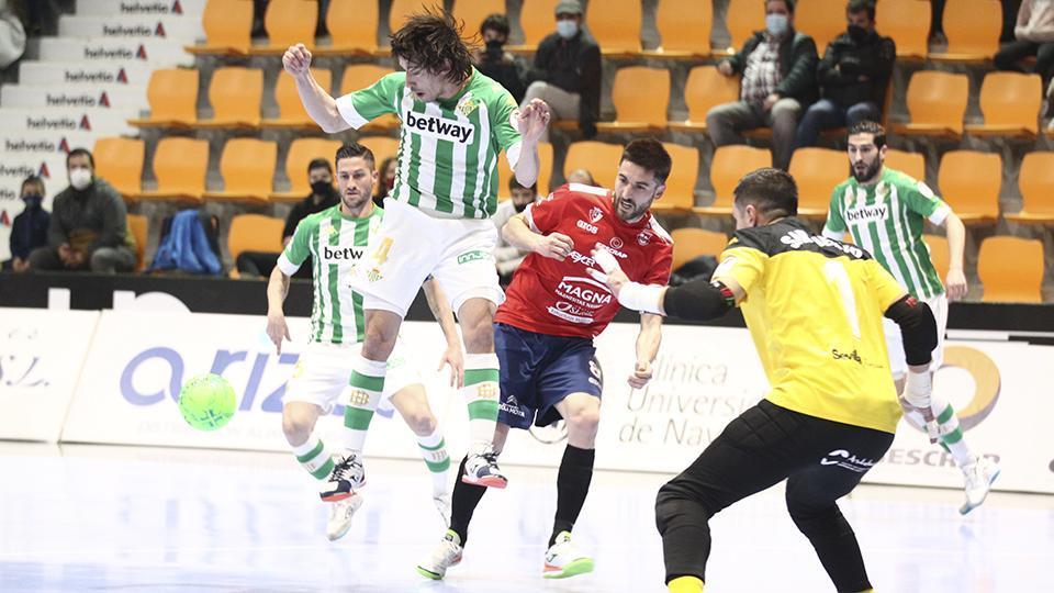 Chaguinha, de Real Betis Futsal, y Roberto Martil, de Osasuna Magna Xota, pugnan por el balón.