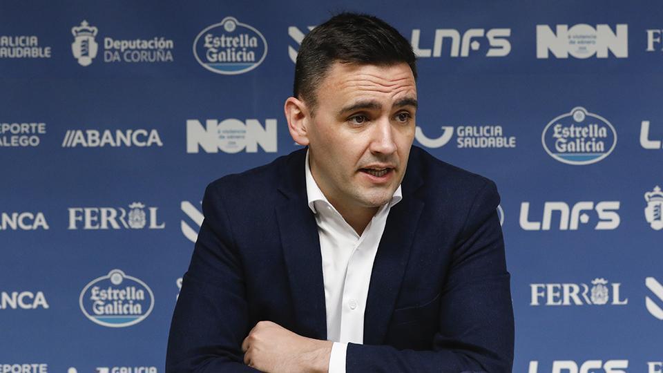 Héctor Souto, entrenador de O Parrulo Ferrol, en rueda de prensa (Fotografía: Hugo Nidáguila / Instantes Momentos Fotográficos)