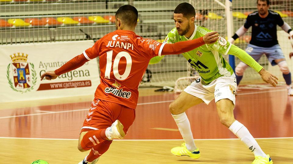 Juanpi, jugador del Jimbee Cartagena, dispara ante Raúl Campos, del Palma Futsal