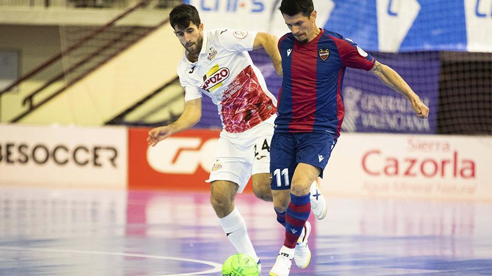 Gallo, del Levante UD FS, conduce el balón ante Ismael, de ElPozo Murcia Costa Cálida