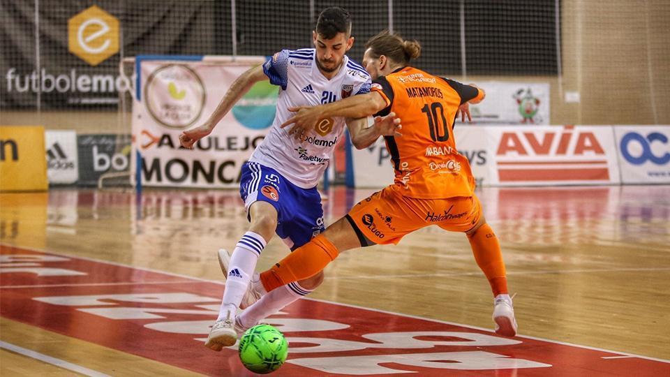 Adri Ortego, del Fútbol Emotion Zaragoza, conduce el balón ante Matamoros, del Burela FS