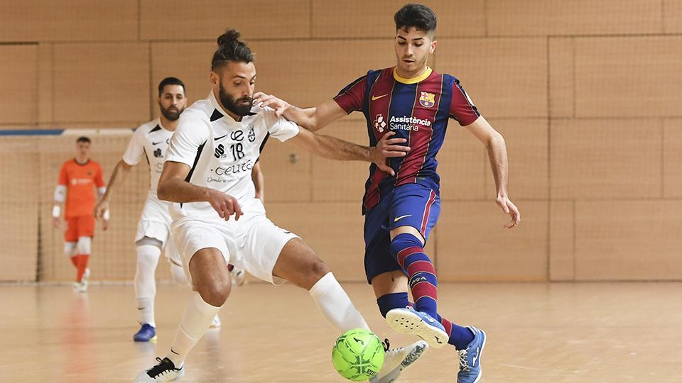 Lucas Francini, de la Unión África Ceutí, disputa el balón con Víctor Pérez, del Barça B.