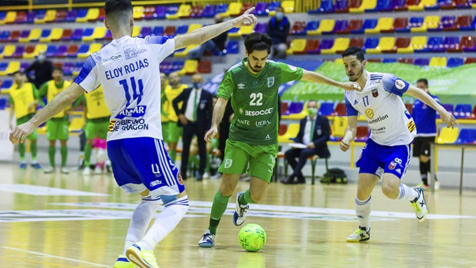 Raúl Canto, del BeSoccer UMA Antequera, conduce el balón ante Dian Luka y Eloy Rojas, del Fútbol Emotion Zaragoza (Fotografía: ISO 100 Photo Press)