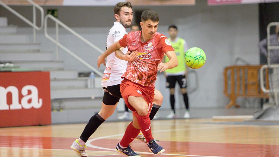 Marcel, de ElPozo Murcia Costa Cálida, controla el balón ante Javi Mínguez, de Ribera Navarra FS (Fotografía: Pascu Méndez)