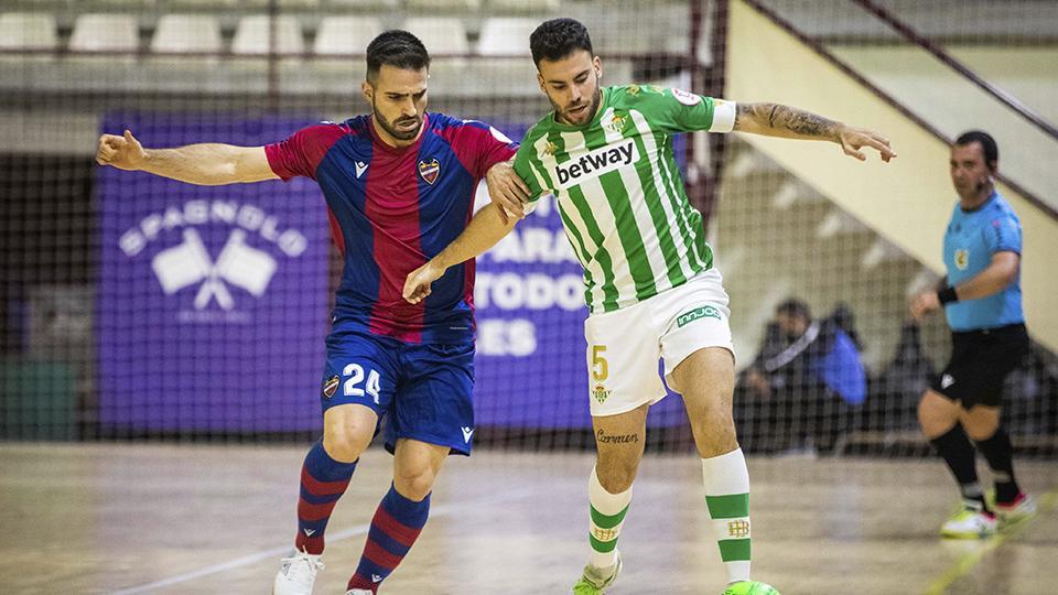 Pedro Toro, jugador del Levante UD FS, pugna por el balón con Elías, del Real Betis Futsal.