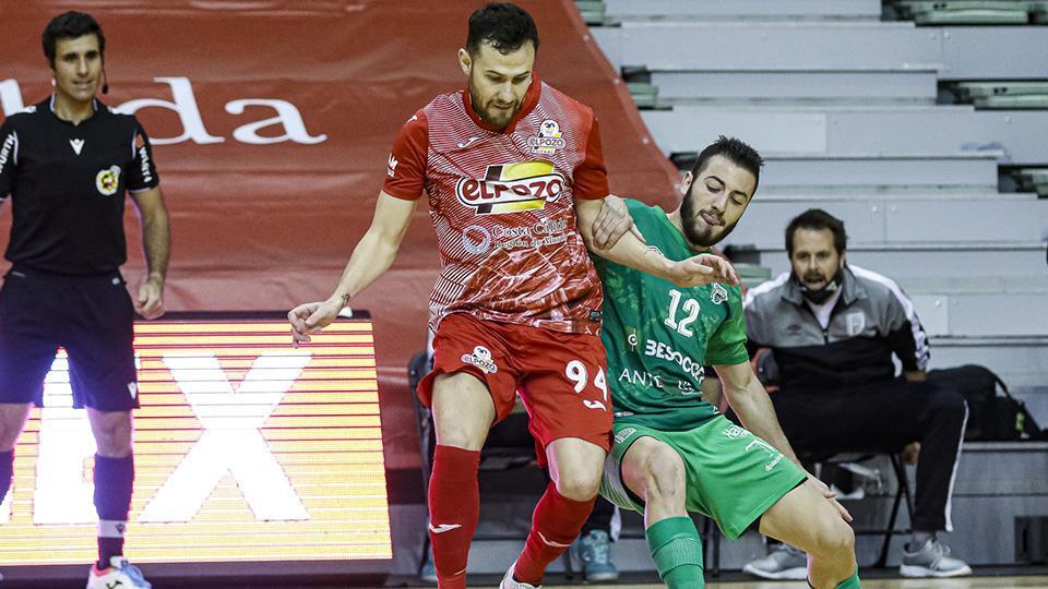 Paradynski, jugador de ElPozo Murcia Costa Cálida, ante Cobarro, del BeSoccer CD UMA Antequera.