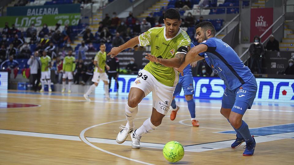 Vilela, de Palma Futsal, pugna por el esférico.