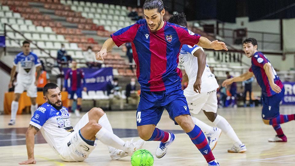 Esteban, del Levante UD FS, conduce el balón durante un partido