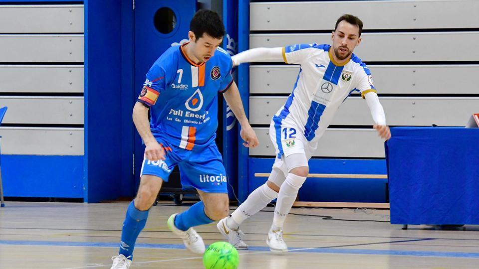 Muniesa, jugador del Full Energía Zaragoza, ante Delpi, del CD Leganés. (Foto: Andrea Royo López).