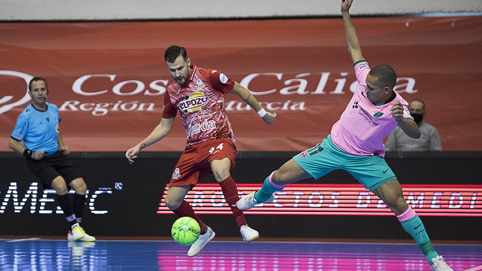 Ferrao, del Barça, y Paradynski, de ElPozo Murcia Costa Cálida, pugnan por el balón.