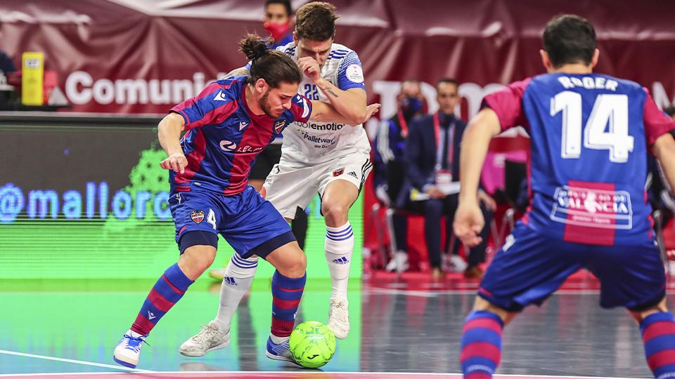 Esteban, de Levante UD, protege el balón.
