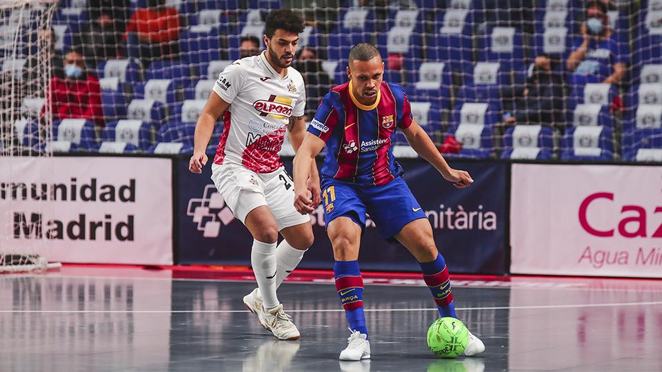 Ferrao, del Barça, protege el balón.