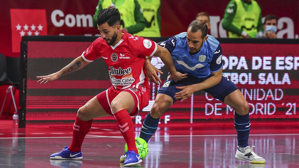 Waltinho, de Jimbee Cartagena, pelea por el balón con Boyis.
