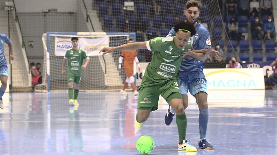 Juninho, de Osasuna Magna Xota, conduce el balón en un partido