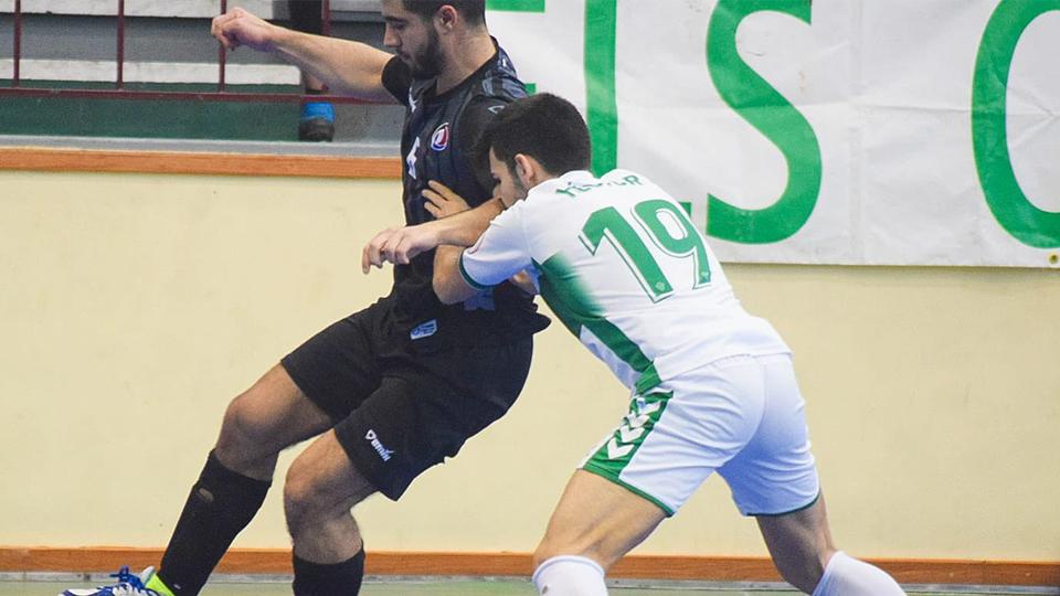 Vargas, jugador del Rivas Futsal, protege el balón ante Héctor Jover, del Elche CF.
