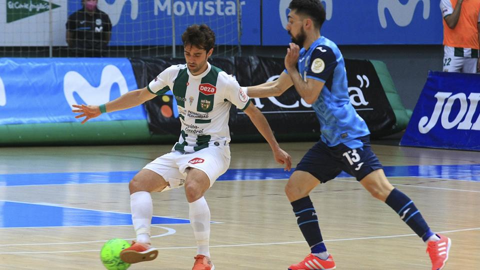 Pablo del Moral, de Córdoba Patrimonio, conduce el balón ante Éric Martel, de Inter FS