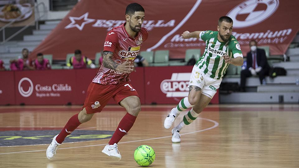 Felipe Valerio, de ElPozo Murcia Costa Cálida, conduce el balón ante Víctor Arévalo, del Real Betis Futsal