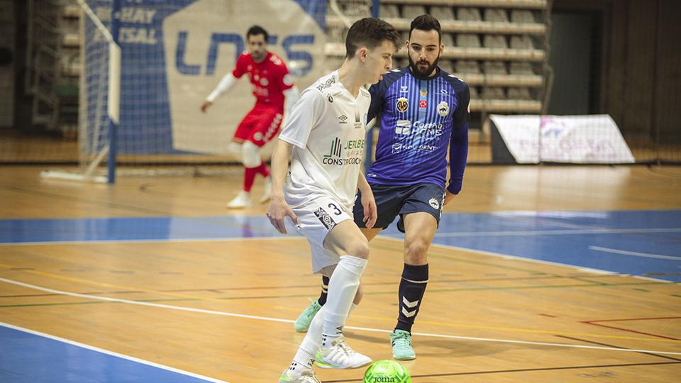 Alán, jugador de JERUBEX Santiago Futsal, protege el balón ante Gambín, de Bisontes Castellón.