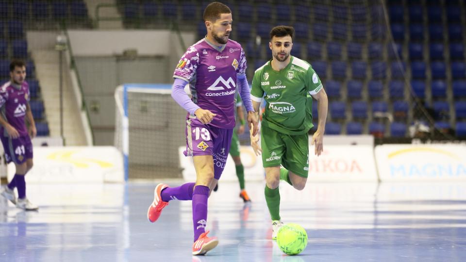 Raúl Campos, jugador del Palma Futsal, ante César, del Osasuna Magna Xota.