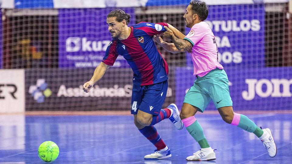 Esteban, de Levante UD, con el balón ante la presión de Rivillos, del Barça.