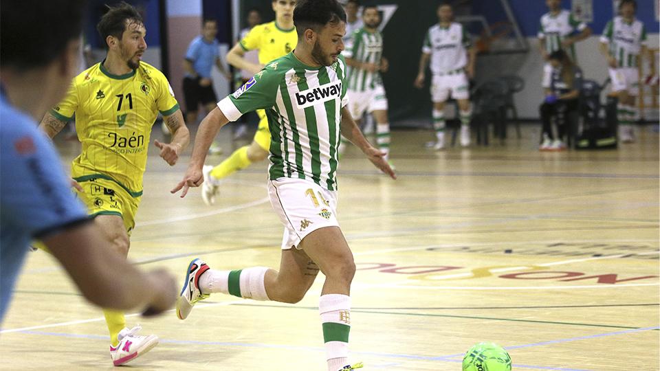 Ivi, del Real Betis Futsal, conduce el balón durante un partido