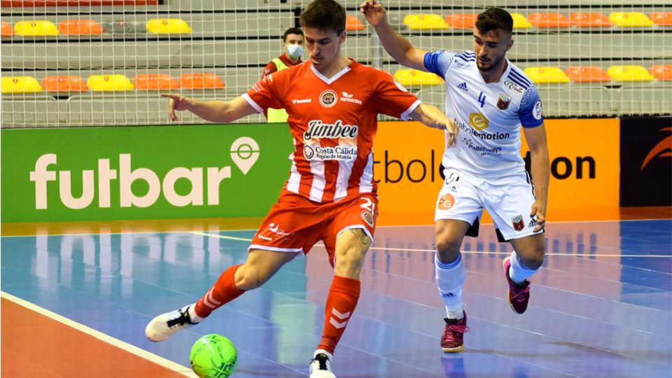 Marinovic, de Jimbee Cartagena, ante la presión de Óscar Villanueva, de Fútbol Emotion Zaragoza.