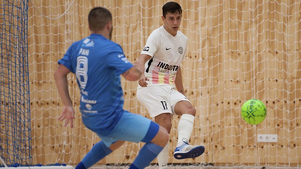 Corso, jugador de Industrias Santa Coloma, ante Paniagua, del Peñíscola FS.