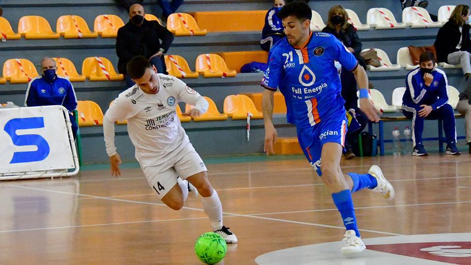 Carlos García, Full Energía Zaragoza, conduce el balón ante Matos, del JERUBEX Santiago Futsal (Fotografía: Andrea Royo López)