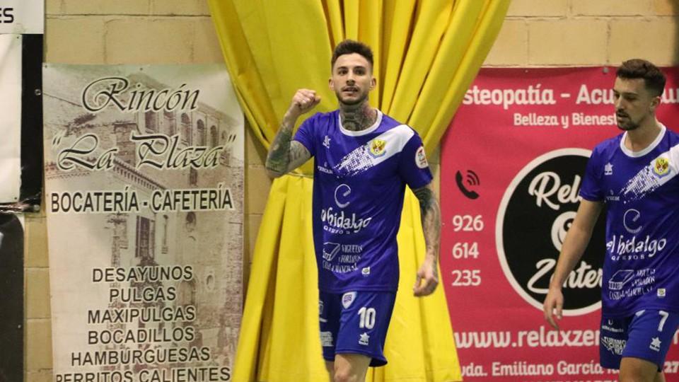 Antoñito, jugador del Manzanares Quesos El Hidalgo, celebra un tanto.