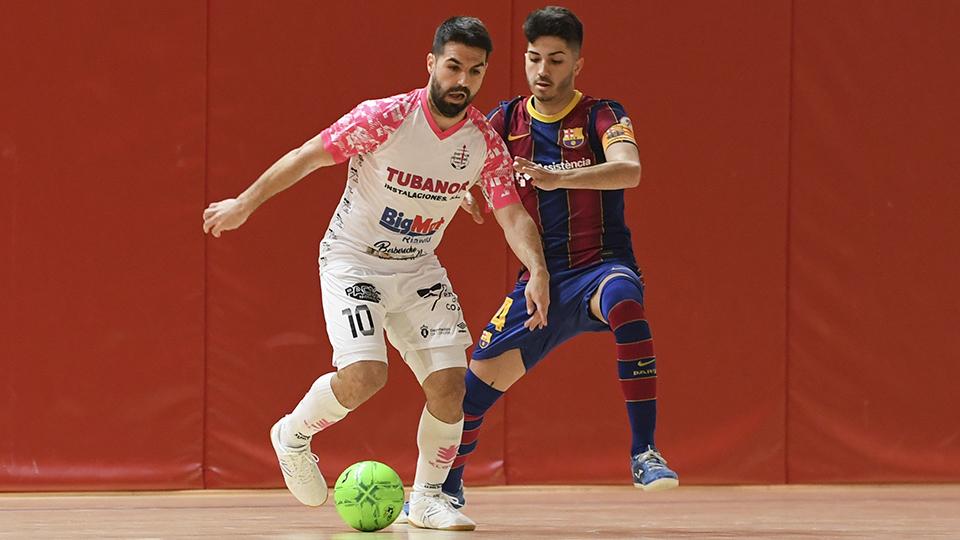Javaloy, de Noia Portus Apostoli, protege el balón ante Mario, del Barça B.
