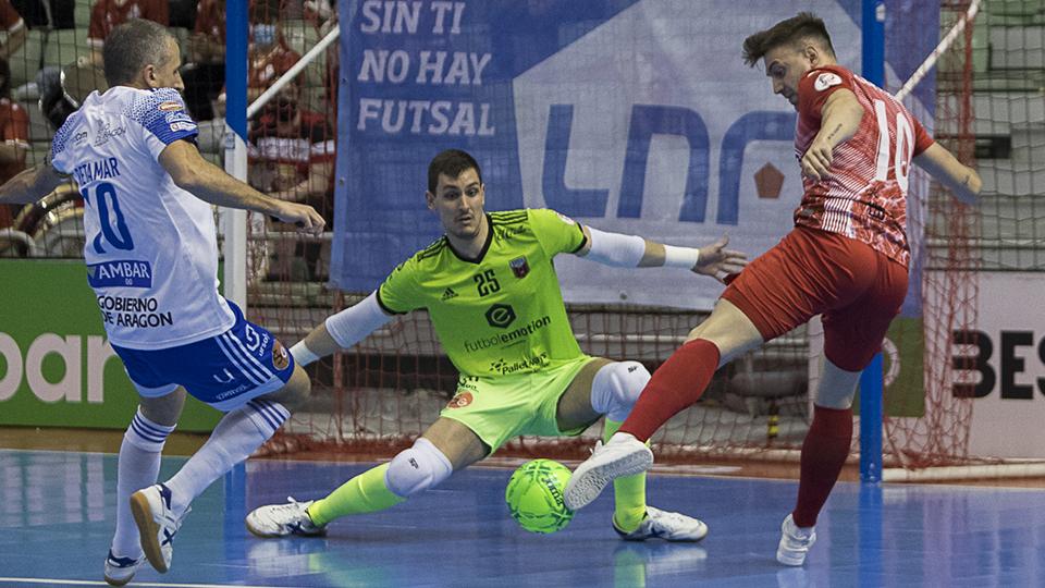 Pol Pacheco, de ElPozo Murcia Costa Cálida, golpea el balón ante Iván Bernad, de Fútbol Emotion Zaragoza (Fotografía: Pascu Méndez)