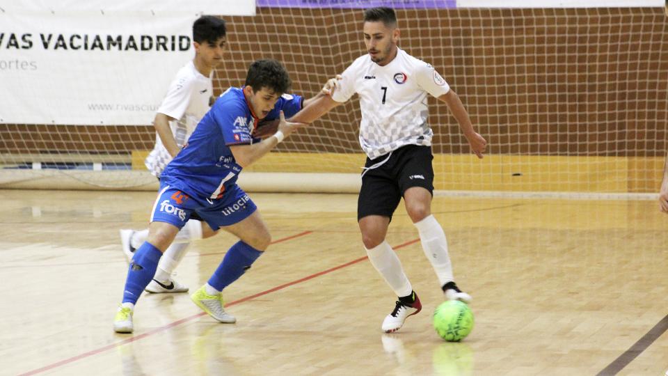 Rafita, jugador del Rivas Futsal, protege el balón ante Marcos Forga, del Full Energía Zaragoza.