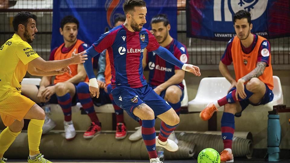 Rivillos, del Levante UD FS, conduce el balón durante un partido