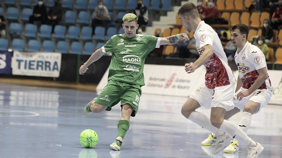 Fabinho, jugador de Osasuna Magna Xota, ante Alberto García y Marcel, de ElPozo Murcia Costa Cálida.