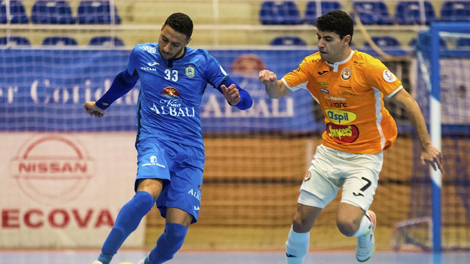 Cainan, jugador de Viña Albali Valdepeñas, ante Nil Closas, de Ribera Navarra FS.