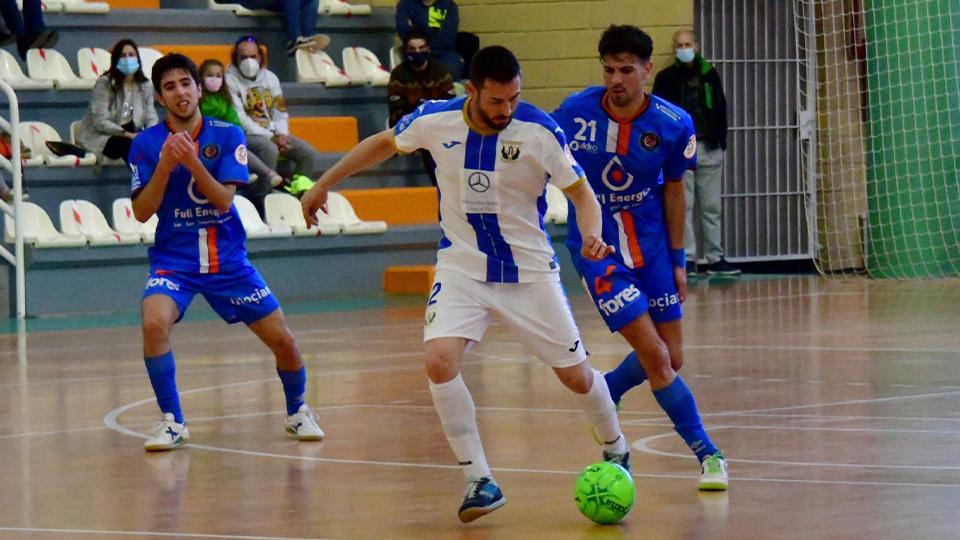 Mimi, del CD Leganés, con el balón ante la presión de Carlos García, de Full Energía Zaragoza. Fotografía: Andrea Royo López