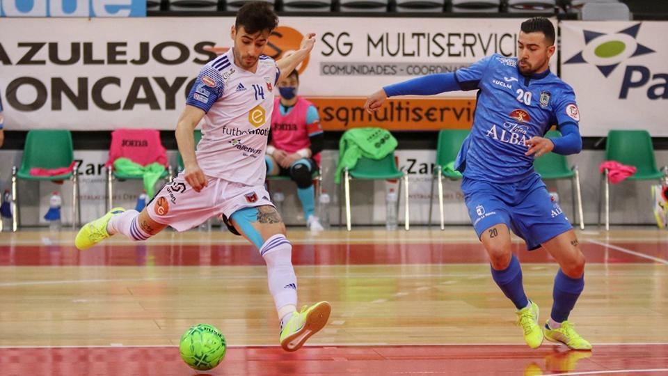 Eloy Rojas, jugador del Fútbol Emotion Zaragoza, dispara ante Chino, del Viña Albali Valdepeñas.