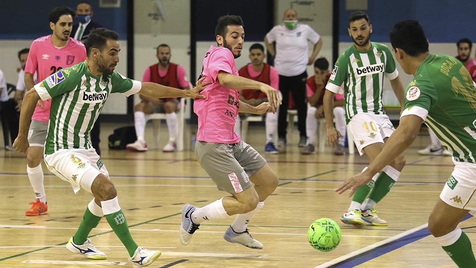 Los jugadores del Real Betis Futsal y BeSoccer UMA Antequera luchan por el balón.