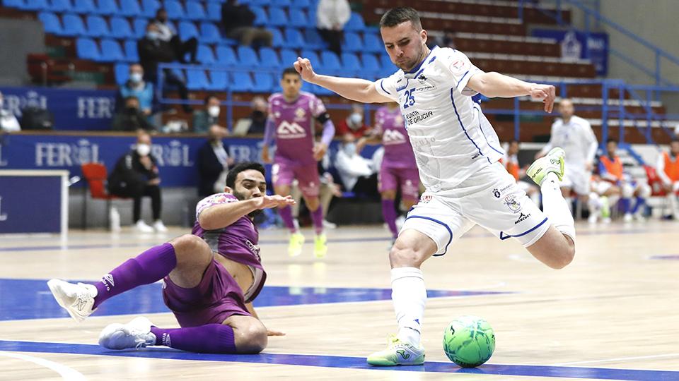 Kevin Chis, de O Parrulo Ferrol, golpea el balón ante Tomaz, de Palma Futsal (Fotografía: Hugo Nidáguila / Instantes Momentos Fotográficos)