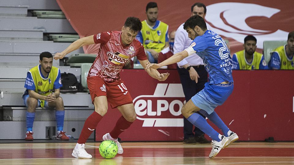 Pol Pacheco, de ElPozo Murcia Costa Cálida, con el balón.