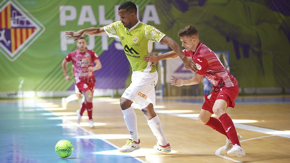 Higor, de Palma Futsal, controla el balón ante Alberto García, de ElPozo Murcia Costa Cálida